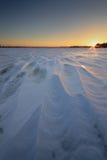Soluppgång på den djupfrysta floden Royaltyfri Foto