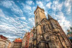 Soluppgång på den gamla stadfyrkanten Prague, Prague astronomisk klocka Royaltyfri Foto