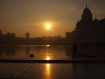Soluppgång på den guld- templet Royaltyfri Bild