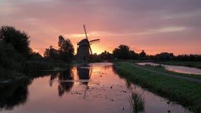 Soluppgång på den holländska väderkvarnen stock video