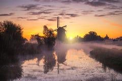 Soluppgång på den holländska väderkvarnen royaltyfria foton