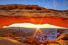 Soluppgång på mesa-bågen Arkivfoto