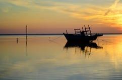 Soluppgång på den jubakar stranden, kelantan Malaysia royaltyfria foton