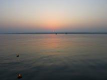Soluppgång på den Kongka floden, Indien, floden av drömmar Arkivbilder
