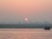 Soluppgång på den Kongka floden, Indien, floden av drömmar Royaltyfri Foto