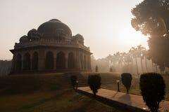 Soluppgång på den Lodi trädgården, Delhi Royaltyfri Bild