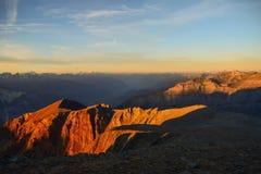 Soluppgång på den 3000m höga Torrenthornen nära Leukerbad, med sikt av de schweiziska fjällängarna, Schweiz/Europa royaltyfria foton
