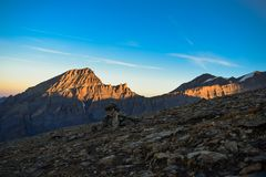 Soluppgång på den 3000m höga Torrenthornen nära Leukerbad, med sikt av de schweiziska fjällängarna, Schweiz/Europa arkivfoto
