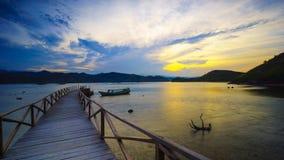 Soluppgång på den Mandeh fjärdsemesterorten i västra Sumatera arkivbild
