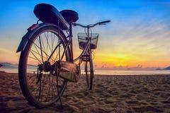 Soluppgång på den Nha Trang stranden Arkivbilder
