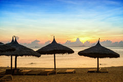 Soluppgång på den Nha Trang stranden Arkivbild
