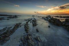 Soluppgång på den Pandak stranden Arkivbild