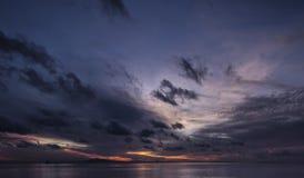 Soluppgång på den Phak Nam fjärden Arkivbild