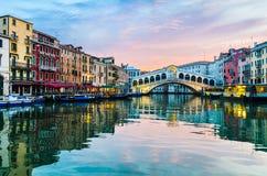 Soluppgång på den Rialto bron, Venedig arkivfoto
