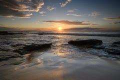 Soluppgång på den södra Cronulla stranden i Sydney royaltyfri foto