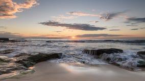 Soluppgång på den södra Cronulla stranden i Sydney fotografering för bildbyråer