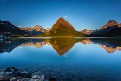Soluppgång på den snabba aktuella laken Royaltyfri Foto