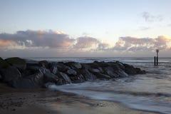 Soluppgång på den Southwold stranden, Suffolk, England Fotografering för Bildbyråer