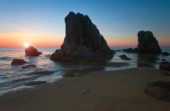 Soluppgång på den steniga kusten Arkivfoton