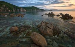 Soluppgång på den steniga kusten Royaltyfria Bilder
