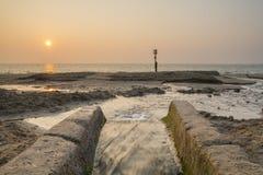 Soluppgång på den Swanage stranden Arkivbilder