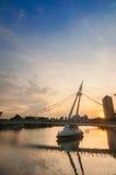 Soluppgång på den Tanjong Rhu upphängningbron arkivbilder