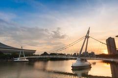 Soluppgång på den Tanjong Rhu upphängningbron fotografering för bildbyråer