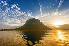 Soluppgång på den Tavolara ön, Sardinia Royaltyfri Bild