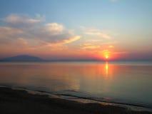 Soluppgång på den tomma stranden Royaltyfria Foton