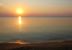 Soluppgång på den tomma stranden Arkivbilder