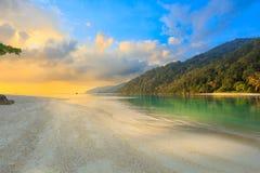 Soluppgång på den tropiska ön Royaltyfria Foton