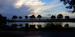 Soluppgång på den Zijl floden i Leiden, Nederländerna royaltyfria foton