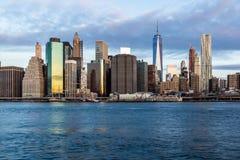 Soluppgång på det östside- av Manhattan med Eastet River i förgrunden arkivfoton