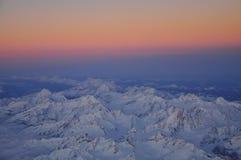 Soluppgång på det alpina området Arkivbilder
