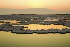 Soluppgång på det döda havet Arkivbild