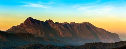 Soluppgång på Doi Luang Chiang Dao är ett 2.175 M (7.136 ft) högt berg i Chiang Mai, Thailand Royaltyfria Foton