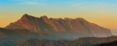 Soluppgång på Doi Luang Chiang Dao är ett 2.175 M (7.136 ft) högt berg i Chiang Mai, Thailand Royaltyfri Foto
