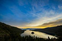 Soluppgång på Emerald Bay, Lake Tahoe arkivbilder