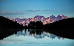 soluppgång på en bergsjö royaltyfria foton