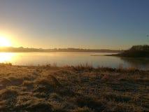 Soluppgång på en frostig morgon på den Pitsford behållaren Royaltyfria Bilder
