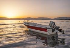 Soluppgång på en grekisk strand Arkivbild
