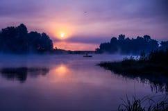 Soluppgång på en lake arkivfoto