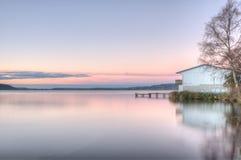 Soluppgång på en sjö i Nya Zeeland Royaltyfria Bilder