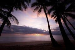 Soluppgång på en strand Arkivbild