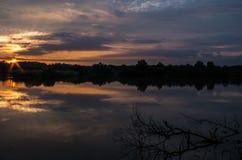 Soluppgång på ett damm arkivbild