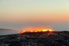 Soluppgång på fält för för Erta ölvulkan och lava royaltyfria bilder