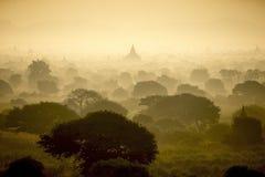 Soluppgång på fältet för forntida stad för pagod i Bagan Myanmar Royaltyfria Bilder
