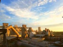 Soluppgång på fabriken Royaltyfri Bild