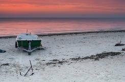 Soluppgång på fiskeläget, Östersjön, Lettland Arkivbild