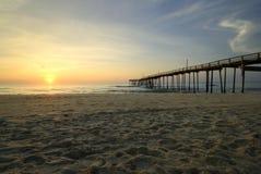 Soluppgång på fiskepir, yttre banker, North Carolina Arkivbilder
